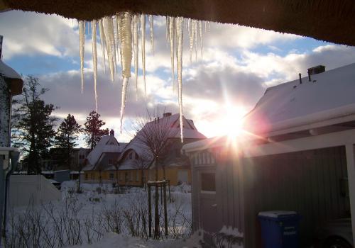 Eiszapfen (zingst-im-winter_100_6256.JPG) wird geladen. Ein Zingster Winter erwartet Sie.